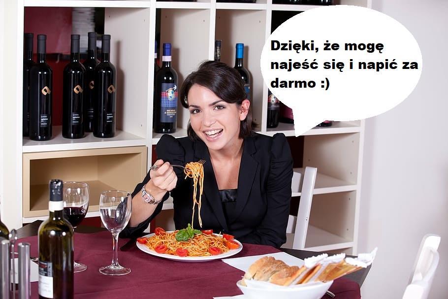 kobiety jedzą i piją na randkach za darmo, frajerzy