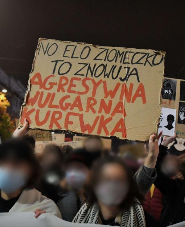 agresywne kobiety na protestach